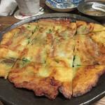 百雷 - 海鮮チヂミ、表面がパリパリに焼かれた美味しいチヂミでした。