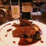 キオッチョラ - 料理写真:ハンバーグと白赤ボトル