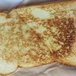アームズ - サンドイッチは軽くベイクされ、きつね色に焦げてました