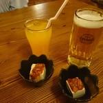 沖縄食材酒家 なかや - オリオンビールとパッションフルーツジュース お通しは島豆腐のチャンジヤ乗せ