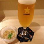てんぷら・松 - サッポロ黒ラベル550円と小鉢