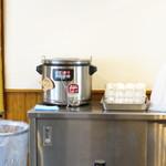 自家製麺 焼きそば屋 しょう太 - セルフのスープ