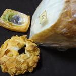 55808627 - 和牛牛すじ焼カレーパン・おもちデニッシュ・食パン