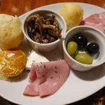 カフェ・ド・セントロ - ボンデケージョはチーズの入った熱々モッチモチのパン。 パルミットはヤシの芽の入ったミートパイ