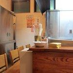 本格カレー&ナンの店 シルクロード - 店内はカウンターが7席のみ キッチンの様子が見られます