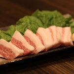 もつまる - 厚切豚バラ焼 焼き上がったらお好みでニンニクスライスをのせてサンチュで巻いて食べて下さい。