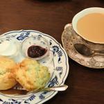 メアリルボーン - まずは、お目当てのスコーンと紅茶。 ボキらは、スコーンはくるみとブルーベリーの2種類にして、 ホイップとくろもものジャムをつけてもらいました。