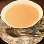 メアリルボーン - 紅茶はロイヤルミルクティーにしました。 ほどよい濃さで美味しい~。 スコーンと一緒にいただくとよく合うよ。 ティーカップもいい感じで、 気分は英国のアフタヌーンティーだね。