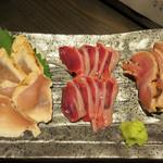 鶏焼 冠尾  - 鶏刺し盛り合わせ。       胸肉と砂ズリともも肉です。
