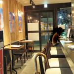 鶏焼 冠尾  - 1階はカウンター席がメインで、小さなテーブル席があり、 2階はお座敷になっているそうです。