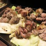 鶏焼 冠尾  - 鶏の炭焼き。もも・むね・かわなど部位別の焼きものもありますが、今回は6種類ほどミックスされている混ぜ焼きで。