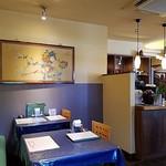 四川亭 - 内観写真:店内のテーブル席奥には開店する大きなテーブル席もあったわい