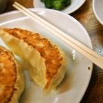 中華トントン - ジャンボびっくり餃子(割り箸の長さの2/3ぐらいのサイズ)