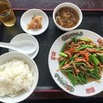 中国料理 金春新館 - 201609 「豚肉とニンニクの芽炒め 餃子3個付き」(700円)