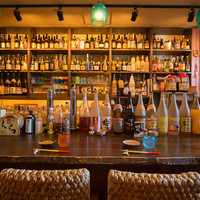 カウンター席の前には、ズラリと並んだ泡盛・古酒が・・・、