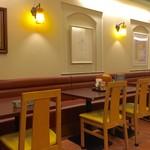 キタカレー - カウンター席、テーブル席ございます店内。