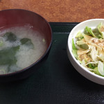 中華新楽 - 味噌汁とサラダ