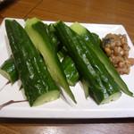 鳥げん - もろきゅうをパリポリ~ 食べる!➡