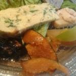 56093569 - 香ばしいフリッタータ、林檎酢に八角の香りが効いた南瓜、ガーリック風味のいか墨煮