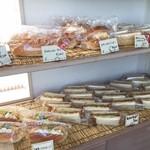 チットチャットサーカス - 店内のパン~