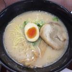 浜楽 - スーパーカップ的なスープの豚骨ラーメン