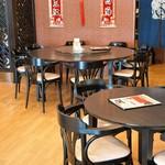 中国料理 富美 - 座った席から見た南側店内、奥には大きな丸テーブルがあります