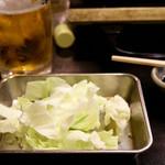 酒処 串かつ萩 - お通しのキャベツ