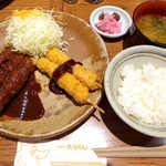 矢場とん - ひれ串かつ定食(¥1512)。3本は味噌で、2本はソースで… 全部味噌にも出来ます