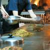 きじ - 料理写真:玉子と出汁と焼きそばをボウルで混ぜる