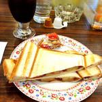リヨン - アイスコーヒーとフルーツプレスサンド