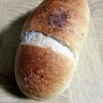 ベーカリーカフェ タンタアンナ - チーズ塩パン