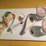 アトリエ・ド・フロマージュ - 3種のアミューズ。アサイー入り飲むヨーグルト、食べるヨーグルト チアシード載せ、シュリンプブルーチーズ和え。