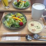 オルト - プラス500円のランチ。スープ、サラダ、ドリンク