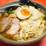 56235741 - 魚介出汁の効いた醤油スープが美味しい