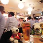グリル異人館 - 平日の夜だけど店内はサラリーマン客で賑わってます。 それもそのはず、生中が199円(税抜)というお安さ!! ボキらも早速、ビールとウーロン茶でかんぱ~い♪(ちなみにお通しは199円(税抜)×2です)。