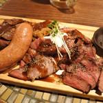 グリル異人館 - 見て見て、ほんとにお肉がてんこ盛りだよ~ 内容は、厚切り&薄切りローストビーフ、ビフテキ、 ビフカツ、特大ソーセージの5種類!