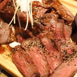 グリル異人館 - まずは薄切り&厚切りローストビーフ。 ローストビーフ好きのボキには、量がたっぷりで、 めちゃめちゃ嬉しいです。お肉も新鮮で美味しいよ~