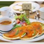 カフェ&パンケーキ gram - サーモンとアボカド