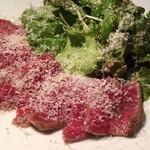 炭火焼肉 炎家 - ジューシー赤身肉のレアステーキカルパッチョ