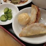 台湾料理 海鮮館 - 小皿の揚げ物と漬物