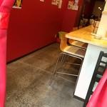 悟空 - 店内 手前がL字カウンター、奥にテーブル席あり