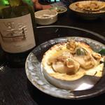 彩 - 角ちゃん気まぐれセット(1,600円)の焼き物(ホタテのバター焼き) ぷりぷり! ワインはチリのシャルドネ 2,500円