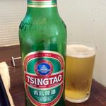56393903 - 急に飲みたくなったので、食べかけてから追加オーダーした「青島ビール」(小瓶500円)。