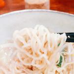 らーめん神 - 細麺の少し縮れありの麺で触感的にも以前の写真からも違い麺も普通と言えどもヤワ麺仕様で少し固めでもいいかも??