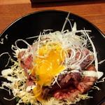 炭焼きビストロ楽 - ローストビーフ丼に乗ってる卵黄をからめて
