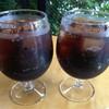 ボスドッグ - ドリンク写真:たっぷりグラスに注がれたコーラ
