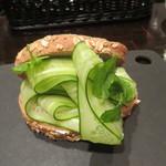 ビスポーク - ザ・グラス・ホッパー(キュウリのサンドイッチ)