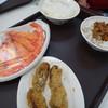 陳家蚵捲 - 料理写真:牡蠣巻(55元)と海老(100元)と白米(10元)と肉ご飯(15元)