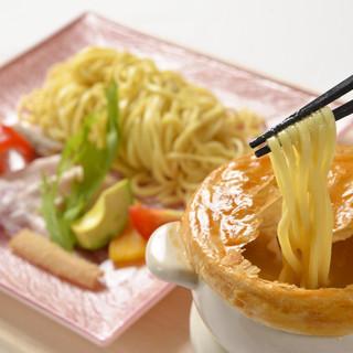 パイ包みのオニオンスープつけ麺