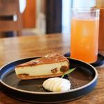 56661922 - ラム酒漬け無花果のチーズケーキ/アペロールモーニ